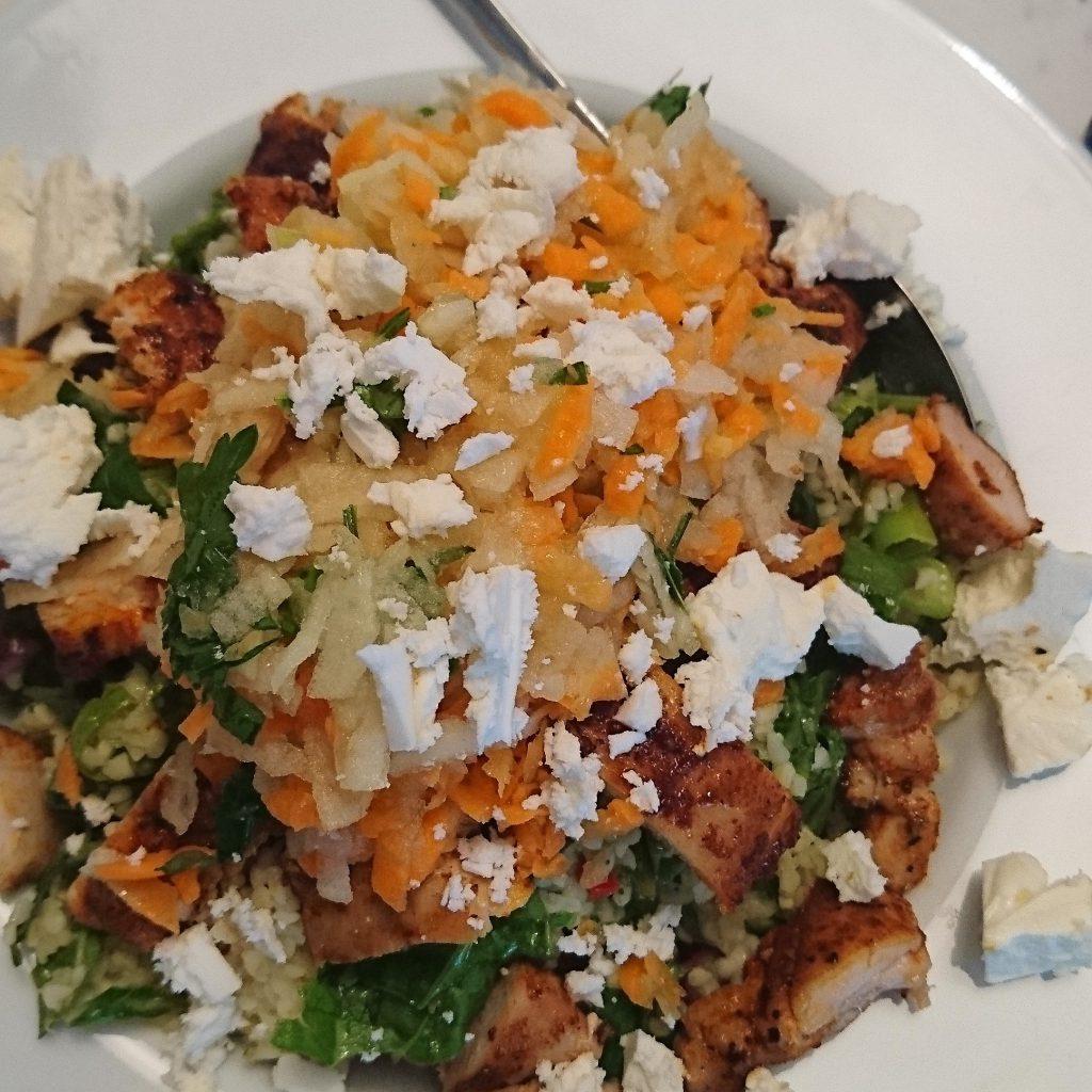 Kräuterbulgur mit Apfel-Karotten-Feta-Salat und Hühnchenstreifen